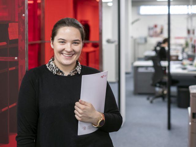 Auszubildende Hannah stellt ihren Tagesablauf als Kauffrau für Marketingkommunikation im Verlag vor